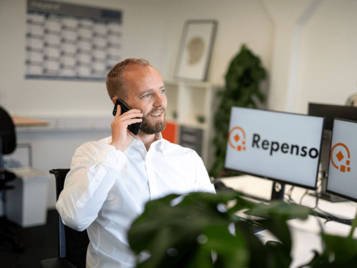 Jesper Bagge taler i telefon