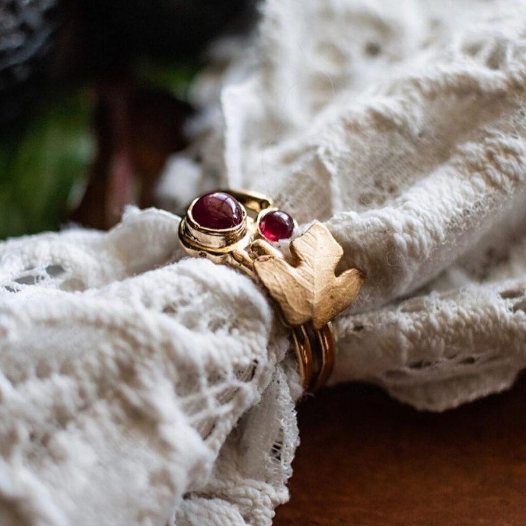 Billede af guldring med røde sten fra Greenland Ruby