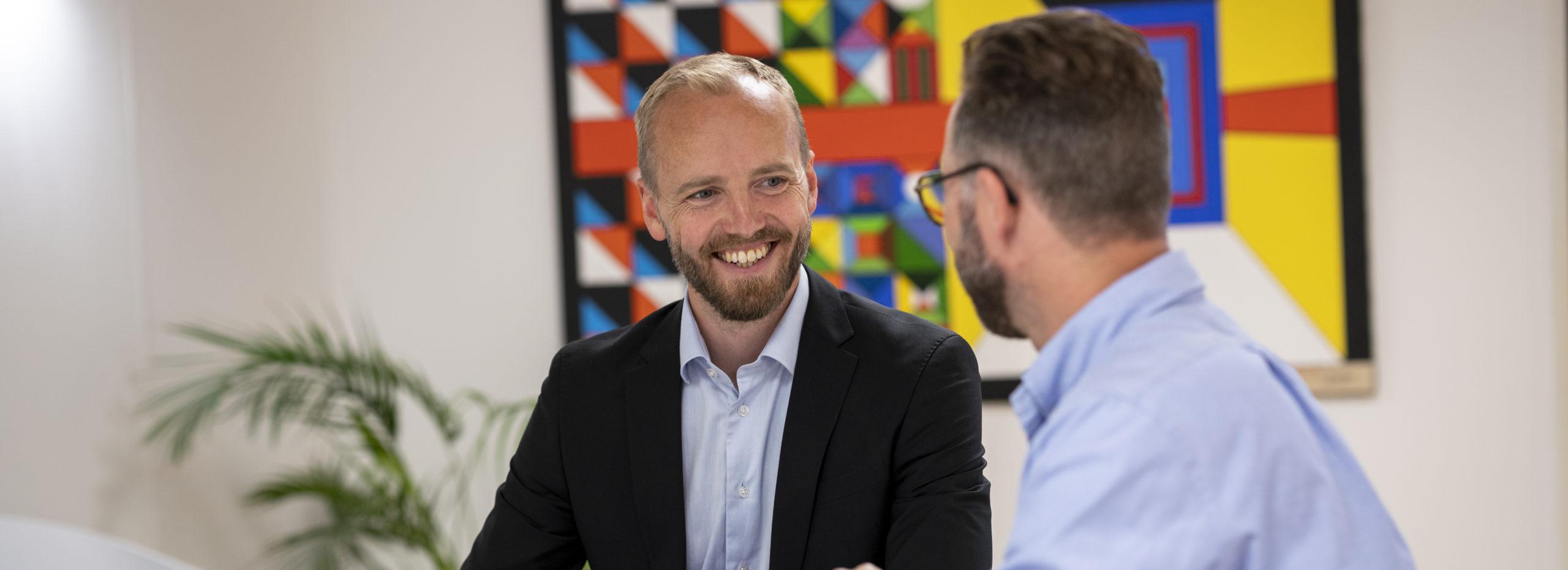 Jesper Bagge og partnere snakker og smiler